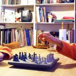 Enfant jouant aux échecs contre lui-même