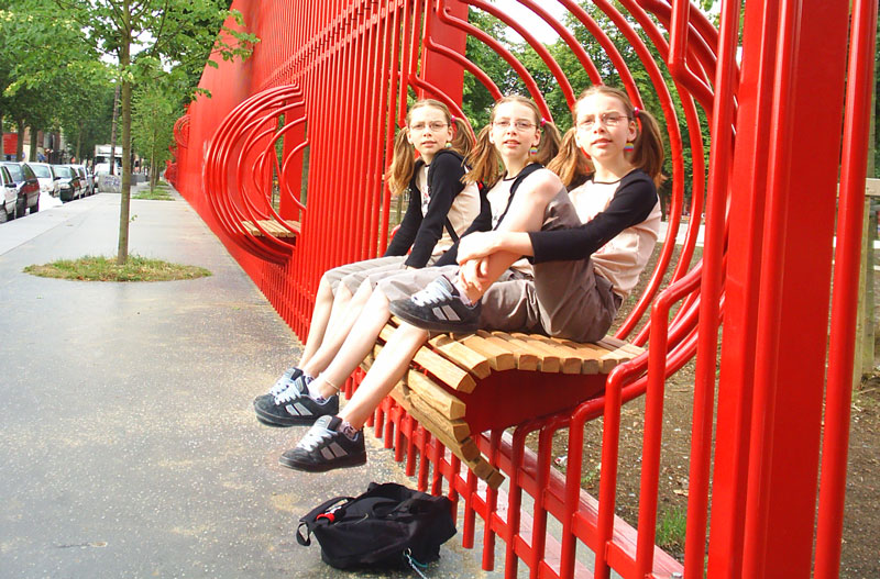 trois petites filles identiques sur un banc